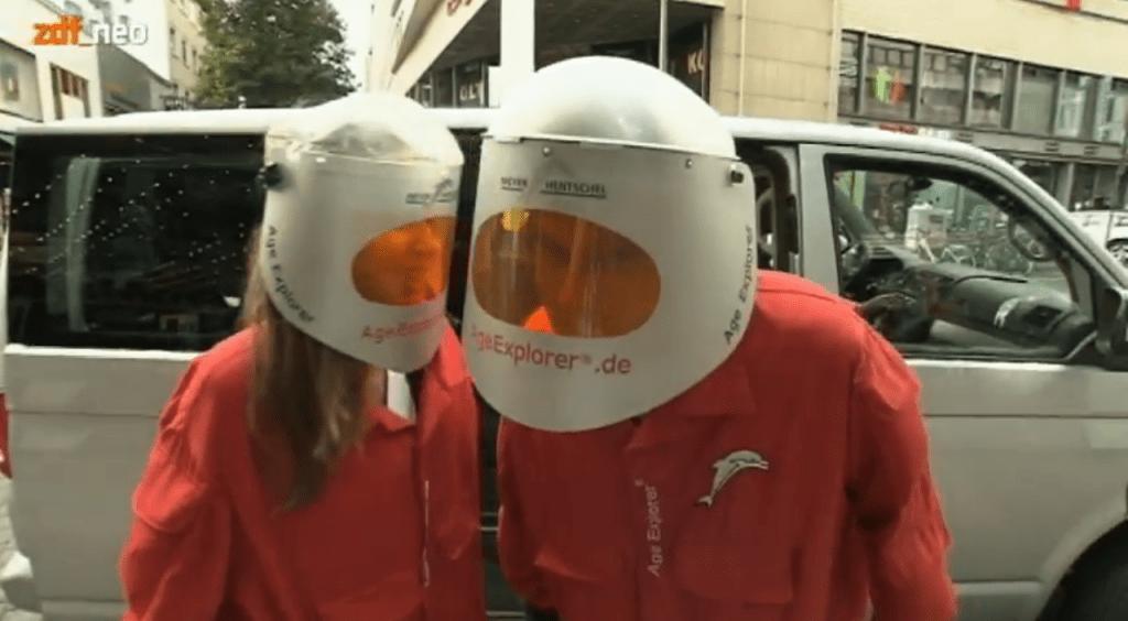 Lutz von der Horst und Christiane Stenger im Alterssimulationsanzug Ageexplorer