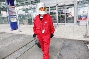 Alterssimulationsanzug AgeExplorer® am Flughafen