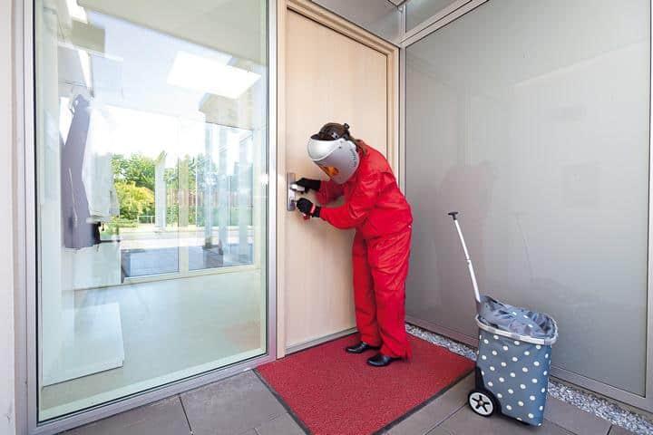 Alterssimulationsanzug Ageexplorer Haustür absperren