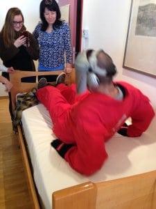 Im Alter wird es schwierig, sich im Bett zu drehen oder aufzustehen. Pflegeschüler machen diese Erfahrung bei einer Fortbildung.