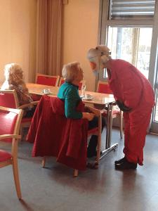 Nicht nur die alte Dame ist schwerhörig, heute auch die Pflegerin, weil sie einen Altersanzug trägt. Hier alle Infos anfordern für diese Fortbildung.